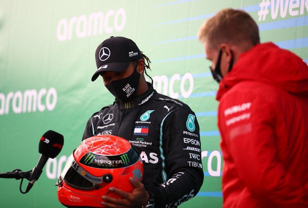 Lewis Hamilton é presenteado com um dos capacetes de Michael Schumacher por seu filho Mick